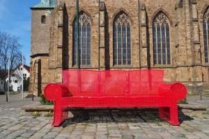 Rotes Sofa auf Kirchplatz